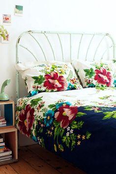 Love the bedspread and vintage metal bed!  MWB  Keltainen talo rannalla: Punaista ja sinistä