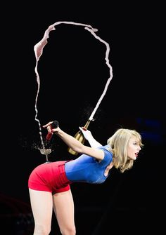 This Photoshop Battle Of Taylor Swift Is Absolutely Outstanding. Taylor Swift Legs, Taylor Swift Pictures, Taylor Alison Swift, Taylor Swift Bikini, Selena And Taylor, Baby Taylor, Facial Treatment Essence, Western Girl, Elegantes Outfit