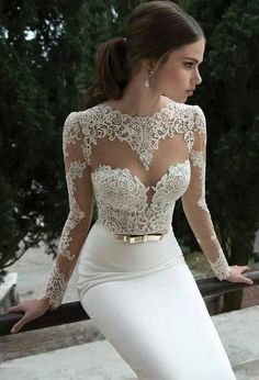 AMAZING LOW-CUT NECKLINE! SO sexy, so romantic so femme fatal for your big day! Lacy, silk and transparent = the perfect mix for a stunning bride! Perfect dress for a perfect big day! Wedding dress inspiration for bride. Inspirational <3