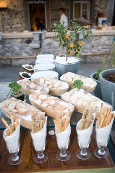 Buffet style for the bread. Opposite end for cheese and dips? Picnic Desserts, Appetizer Buffet, Italian Party, Wedding Reception Food, Styling A Buffet, Food Stations, Food Displays, Brunch, Al Fresco Dining