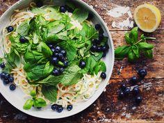 Spaghetti mit Ziegenfrischkäse, Zucchini und Blaubeeren / http://piasdeli.de/Rezept/spaghetti-mit-ziegenfrischkaese-zucchini-und-blaubeeren/