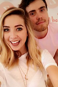 Zoella wearing our Muru Rose Gold Crescent Necklace on a midi chain 🌙 Zoella Hair, Zoe Sugg, Vlog Squad, Moon Necklace, Flower Necklace, Girl Online, Celebs, Celebrities, Role Models