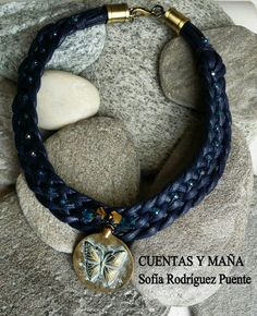 Gargantilla trenzada, de cordón y moneda que imita el bronce antiguo #cuentasymaña #handmade #collares #madewithlove #