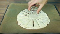 Una delizia unica la pizza con la nutella. Prepararla è semplice, basta aggiungere la nutella all'impasto e far cuocere nel forno. Ma per rendere il tutto ancor più gustoso ecco una bella idea: posizionate un bicchiere al centro e dividete la pizza in 16 parti, dopodiché arrotolate la pasta come mostrato nell'impasto: un'idea creativa con cui conquistare i vostri ospiti.   Fonte video: https://www.youtube.com/channel/UC_D8cMTOz9WweFxIz56rtWQ