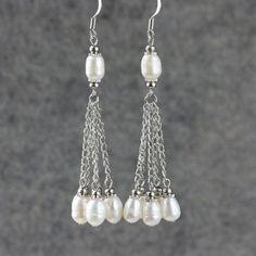 Linear long dangling pearl earrings Bridesmaids por AnniDesignsllc