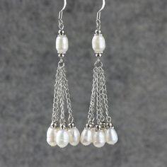 Linear long dangling pearl earrings Bridesmaids por AnniDesignsllc