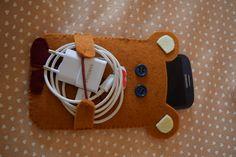 Orsetto porta smartphone e porta caricabatteria in feltro