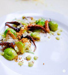 Pulpo, Rosenkohl, Blumenkohl & Popcorn aus Quinoa