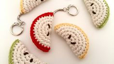 Fée du tricot: Le quartier de pomme devenu porte-clef *tuto inside* Crochet Diy, Crochet Amigurumi, Love Crochet, Crochet Flowers, Diy And Crafts, Hand Crafts, Crochet Earrings, Crochet Patterns, Miniatures