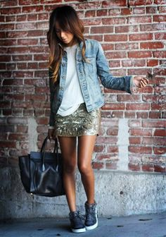 Uma peça-chave no meu armário hoje é a jaqueta jeans. A peça é um clássico, que todo mundo tem no armário… Mas a minha sugestão aqui é: tire a sua do armário e use muuuito! Ela fica linda tanto com looks mais chiques, quanto com os mais despojados. E para o nosso clima tropical, ela …
