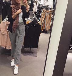 Pin by Mennah&mariam on fashion in 2019 Modern Hijab Fashion, Street Hijab Fashion, Hijab Fashion Inspiration, Muslim Fashion, Modest Fashion, Fashion Outfits, Casual Hijab Outfit, Hijab Chic, Ootd Hijab