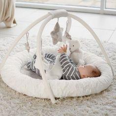 Le tapis d'éveil My First Playmat & Gym de la marque Mamas and Papas devient le compagnon idéal de bébé lui permettant de s'amuser mais également de découvrir et développer ses sens.