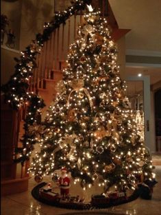 Find images and videos about christmas, lights and tree on We Heart It - the app to get lost in what you love. Christmas Feeling, Cozy Christmas, Christmas Lights, Christmas Time, Elegant Christmas, Xmas, Vintage Christmas, Christmas Stockings, Gold Christmas Decorations