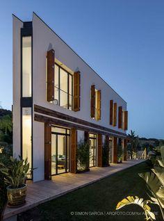La conocida revista italiana Abitare ha publicado un artículo de la casa A resaltando la combinación de la arquitectura moderna con materiales reciclados y su eficiencia energética.
