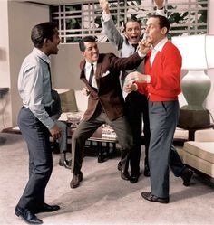 The Rat Pack: Sammy Davis Jr., Dean Martin, Frank Sinatra and Joey Bishop clowning around on the set of Ocean's Dean Martin, The Rat Pack, Joey Bishop, Jerry Lewis, Ringo Starr, Bruce Lee, Franck Sinatra, Oceans 11, Peter Lawford