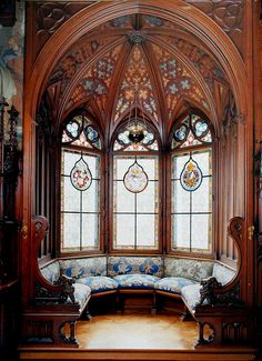 🏰 This bay window is located in the King's bedchamber at Schloss Neuschwanstein. On the stained glass windows you can see the heraldry of… Victorian Interiors, Victorian Homes, Gothic Architecture, Architecture Details, Ancient Architecture, Grands Salons, Neuschwanstein Castle, Fairytale Castle, Gothic House