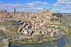 """""""Alcázar de Toledo"""", no alto, à direita,  ao fundo. # Toledo, Espanha."""