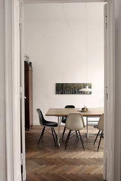 Mis sillas favoritas (Plastic chair de los Eames) y una preciosa lámpara vintage (danesa de los 50?)