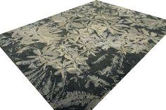Einem Urwald ähnlich zeigt sich das dekorative Design des Himal Bloob. In stilvollen Grau- und Beigetönen gehalten bringt das Ensemble der Blüten, Blätter und Ranken ein lebendiges Design auf Ihren Fußboden.