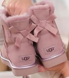 Uggs are not only the most loved but also the most controversial boots on the market. Cute Uggs, Cute Boots, Shearling Boots, Leather Boots, Nike Slippers, Ugg Style Boots, Doc Martens Boots, Baskets, Vegan Boots