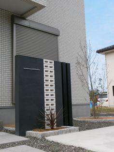 透かしブロックとの組み合わせがお洒落な門塀。さらにアクセントポールも組み合わせました。
