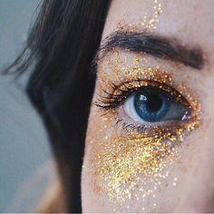 Pictures Of Eye Makeup For Green Eyes - Eye Makeup Looks Green Eyes beneath Eye Makeup For Green Eyes Red Hair; Eye Makeup Ideas For Older Ladies before Glitter Eyeshadow Kaise Banaye Glitter Photography, Tumblr Photography, Portrait Photography, Makeup Photography, Amazing Photography, Glitter Fotografie, Kreative Portraits, Gold Aesthetic, Queen Aesthetic