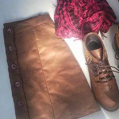 Enfim ficou pronta mamis arrasa na costura viu! Mais uma saia pra minha coleção depois posto mais foto  #sobmedida #instafashion #saiasuede #look #blogger #uaicomoassim
