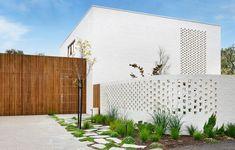 Australian Architecture, Australian Homes, Contemporary Architecture, Residential Architecture, Interior Garden, Interior And Exterior, Exterior Design, Timber Battens, Melbourne House
