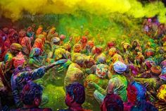 India  No Festival Holi, as pessoas costumam atirar umas nas outras pó colorido ou misturado à água. É para dar sorte, trazer alegria à vida