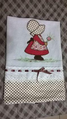 Pano de prato com barradinho em tecido e com bordado inglês. Produto feito a mão. Confira!
