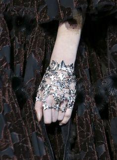 Le bracelet de main d'Alexander McQueen http://www.vogue.fr/joaillerie/tendance-des-podiums/diaporama/fashion-week-automne-hiver-2014-2015-tendances-bijoux-fw14/17758/image/979234#!tendances-bijoux-fashion-week-automne-hiver-2014-2015-alexander-mcqueen