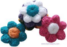 Flores tejidas en base al botón tejido a crochet