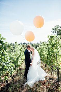 Carina und Anton: Wiener Traumhochzeit in Peach
