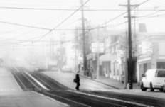 O fotógrafo Hengki Koentojoro, da Indonésia, produziu uma série de imagens minimalistas em que objetos e pessoas desaparecem diante da névoa.