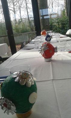 Gerecycleerde tafelversiering. Papier mache ,oude knopen en theelichtjes