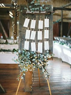Bordsplaceringskort matrimonio hacn y col eucalyptus wedding, wedding table Wedding Table Assignments, Seating Plan Wedding, Wedding Signage, Wedding Rustic, Trendy Wedding, Wedding Country, Woodland Wedding, Relaxed Wedding, Wedding Table Plans