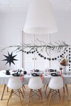 Christmas & Holiday Decorations For Parties That You'll Love - {Weihnachtstisch - christmas table setting} - noel Simple Christmas, Christmas Home, Christmas Holidays, Christmas Countdown, Modern Christmas, Pagan Christmas, Modern Holiday Decor, Minimalist Christmas, Merry Christmas