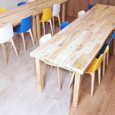 El espacio transformado para el Grupo Reale Mutua, una empresa comprometida con nuestra misión.  Nuestras piezas están producidas con madera reciclada dándoles una segunda vida. También mejoramos la vida de las personas con capacidades diferentes a traves del trabajo.  Gracias a @luciafernandezmuniz por su colaboración en la fotografia  #realemutua #madridstartups #inspiringconcepts #valores #diseñodemesas #livingroomdeco #tabledesign #conceptdesign #interiordesign #adspain #lestocbcn…