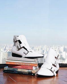 Boa noite  com bota branca desejo @lojapaulatorres e vista incrível do 22 andar do Copan  Amanhã tem  por aqui mas a matéria incrível que fizemos com a @amissimaoficial e @vanduarte já está no ar - link na bio . . . #shoponline #shoelover #shoes #fashionista #moda #fashion #style #instastyle #instamoda #picoftheday #looks #cool #beautiful #amazing #brazilian #brasil #loafer #brazilianshoes