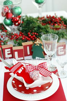 A classic Christmas dinner party with bright shades of red and green. Christmas Party Table, Christmas Table Settings, Christmas Tablescapes, Christmas Table Decorations, Noel Christmas, Holiday Tables, Decoration Table, All Things Christmas, Christmas Crafts