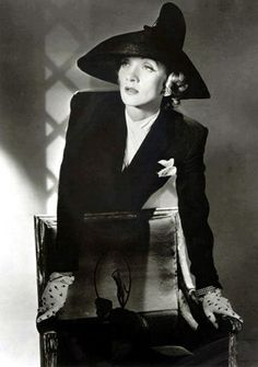 Marlene Dietrich photographed by Cecil Beaton , 1942.jpg (338×480)