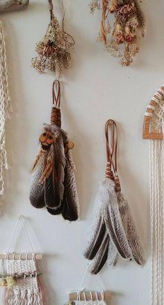 Nature Crafts, Fun Crafts, Diy And Crafts, Arts And Crafts, Feather Crafts, Feather Art, Crafts With Feathers, Turkey Feathers, Pheasant Feathers