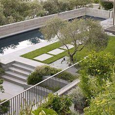 beispiele für moderne gartengestaltung pool betonboden rasen