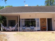 Plettenberg Bay Beach Cottage - Plettenberg Bay Beach Cottage is a rustic private house located near the coast in Plettenberg Bay. The house can accommodate up to eight people and is ideal for a family vacation. It offers comfortable ... #weekendgetaways #plettenbergbay #southafrica