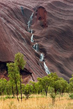 Rare waterfall after heavy down pour on Uluru, Kata Tjuta National Park, Australia ** Copyright © Frans Lanting Frans Lanting, National Geographic Photography, Country Backgrounds, Australian Photography, Countries Around The World, Walking In Nature, Australia Travel, Nature Pictures, Wonderful Places