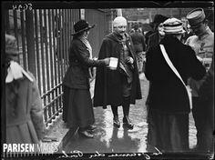Guerre 1914-1918.  Pour nos Poilus, s'il vous plaît!'. La Journée du Poilu à Paris, le 25 décembre 1915. Photographie parue dans le journal  Excelsior  du dimanche 26 décembre 1915.