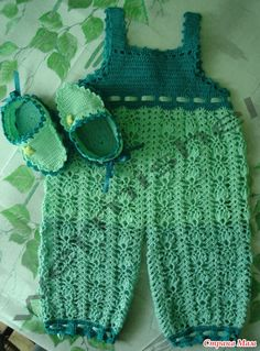 """crochet booties and sandpiper """"juicy apple"""" - crafts ideas - crafts for kids Crochet Bebe, Crochet Baby Clothes, Crochet For Boys, Knit Crochet, Kids Dress Clothes, Doll Clothes, Baby Suit, Baby Sweaters, Crochet Fashion"""