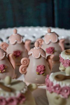 Doce Eve Ateliê   decoração - docinhos - mimos: Março 2014 Flower Cookies, Cupcake Cookies, Fondant Cake Tutorial, Flower Tea, Fondant Figures, Creative Cakes, Celebration Cakes, Mini Cakes, Cake Art