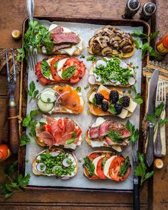 Toast toppings: roast beef, pesto and brie; Caprese with balsa… - Toast toppings: roast beef, pesto and brie; Caprese with balsa … – - Quick Healthy Breakfast, Healthy Snacks, Breakfast Recipes, Healthy Eating, Healthy Recipes, Breakfast Ideas, Stay Healthy, Healthy Brunch, Brunch Food