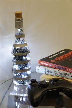 As garrafas de vidro podem ganhar outra utilidade de forma rápida, prática e barata! Assista ao vídeo e aprenda a criar uma luminária de garrafa original para decorar sua casa!